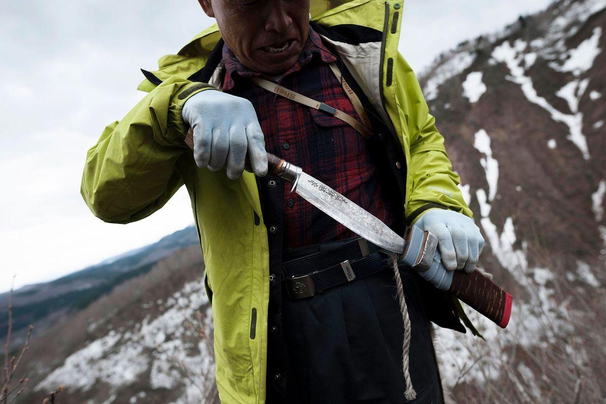 Le capitaine Sato tire son couteau matagi afin de procéder au démembrement de l'animal. Son nom ...