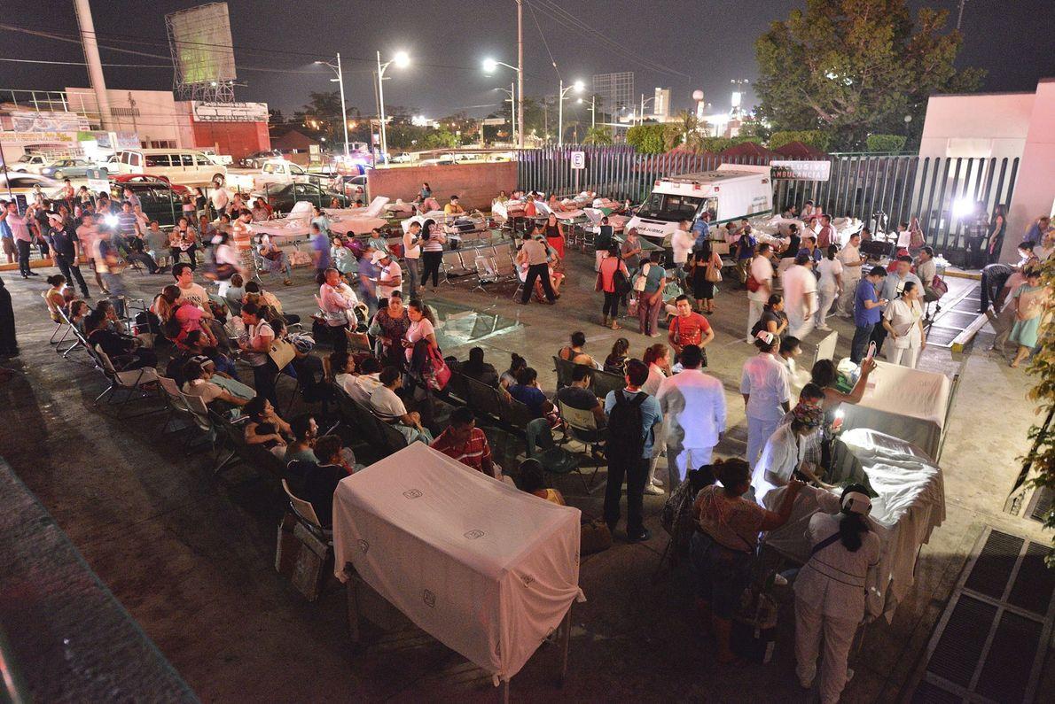 À Villahermosa, les patients et les médecins d'un hôpital sont à l'extérieur. Selon Manuel Velasco, gouverneur ...