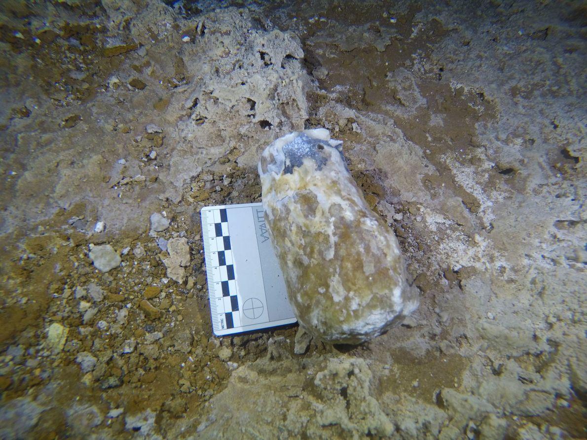 Les spéléothèmes brisés ont servi de marteaux aux mineurs pour creuser le sol de la grotte ...