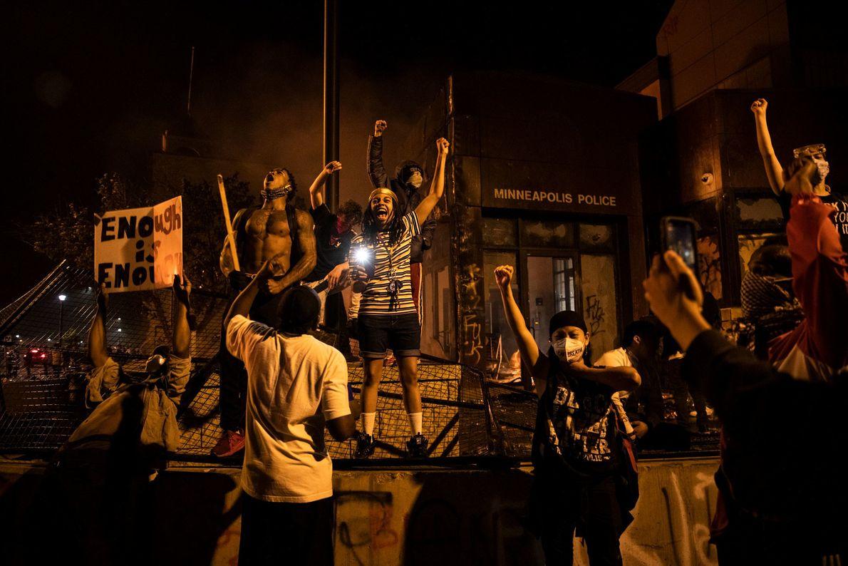 Jeudi soir, des manifestants ont mis le feu à un poste de police, incendié des voitures dans ...