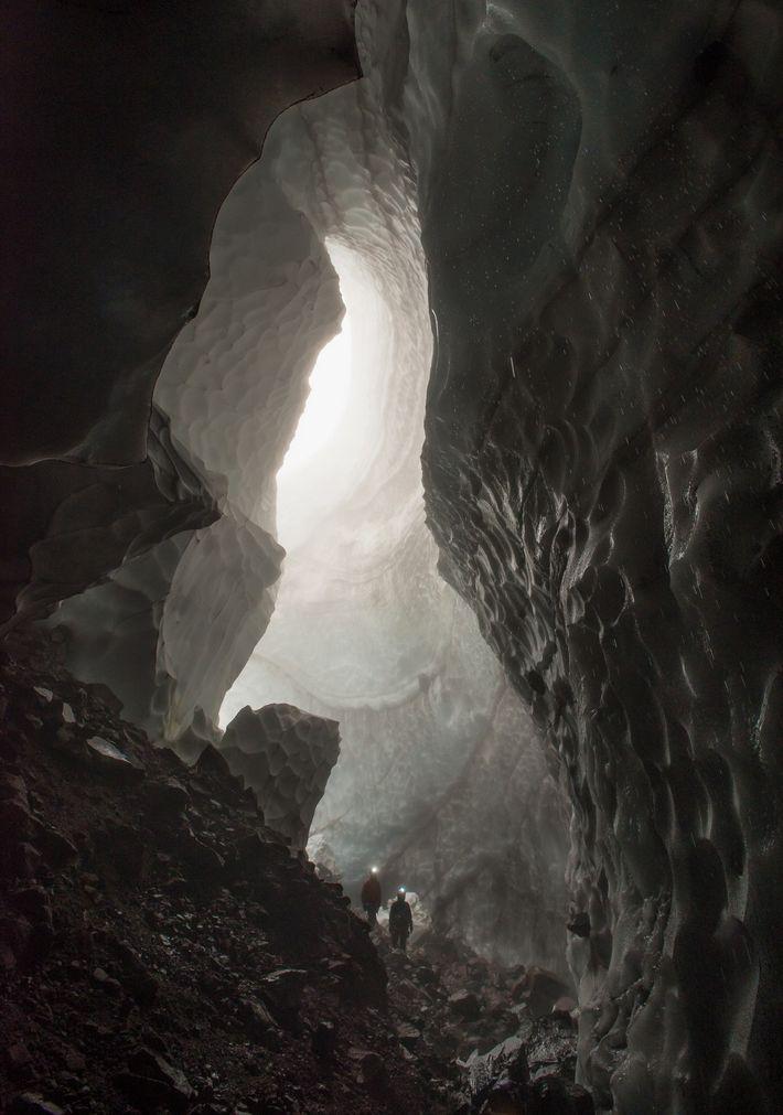 Les explorateurs entrent dans la grotte de Godzilla après sa découverte en 2013. Le gaz chaud ...