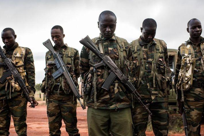Les gardes forestiers de Kenya Wildlife Service prient avant une opération de marquage électronique d'éléphants dans ...