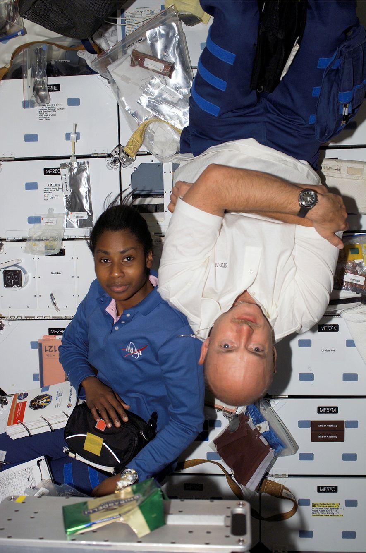 Les astronautes Stephanie D. Wilson et Mark Kelly flottent à bord du vaisseau spatial Discovery en 2006 alors qu'il est amarré à la Station spatiale internationale.