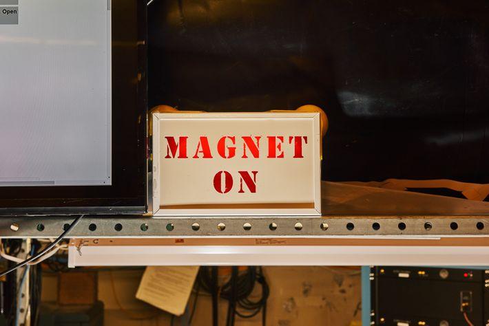 Panneau indiquant que l'aimant est en fonctionnement au laboratoire de ADMX. ADMX est un haloscope d'axions, ...