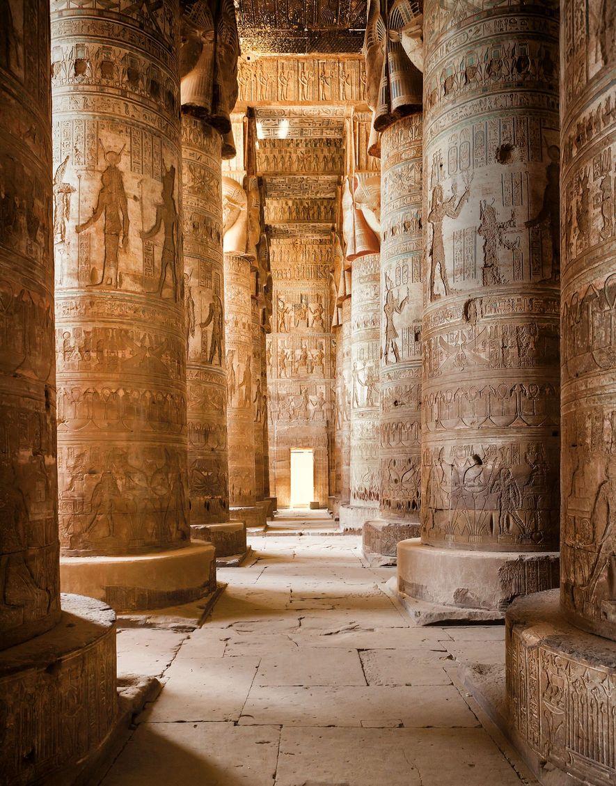 Les chrétiens d'Égypte se sont souvenus de la splendeur de leurs religions anciennes, à l'instar de la salle hypostyle du temple de Hathor, à Dandara. Une basilique copte a été construite à proximité au Ve siècle.