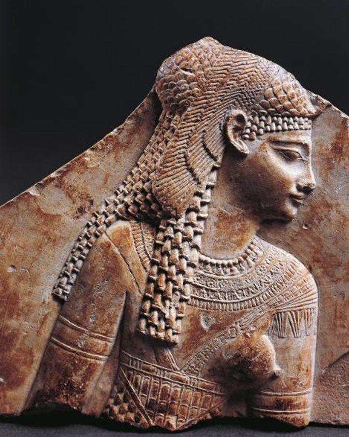 Un portrait de Cléopâtre souligne sa coiffe égyptienne. Bien que la dynastie ptolémaïque descendait d'un général ...