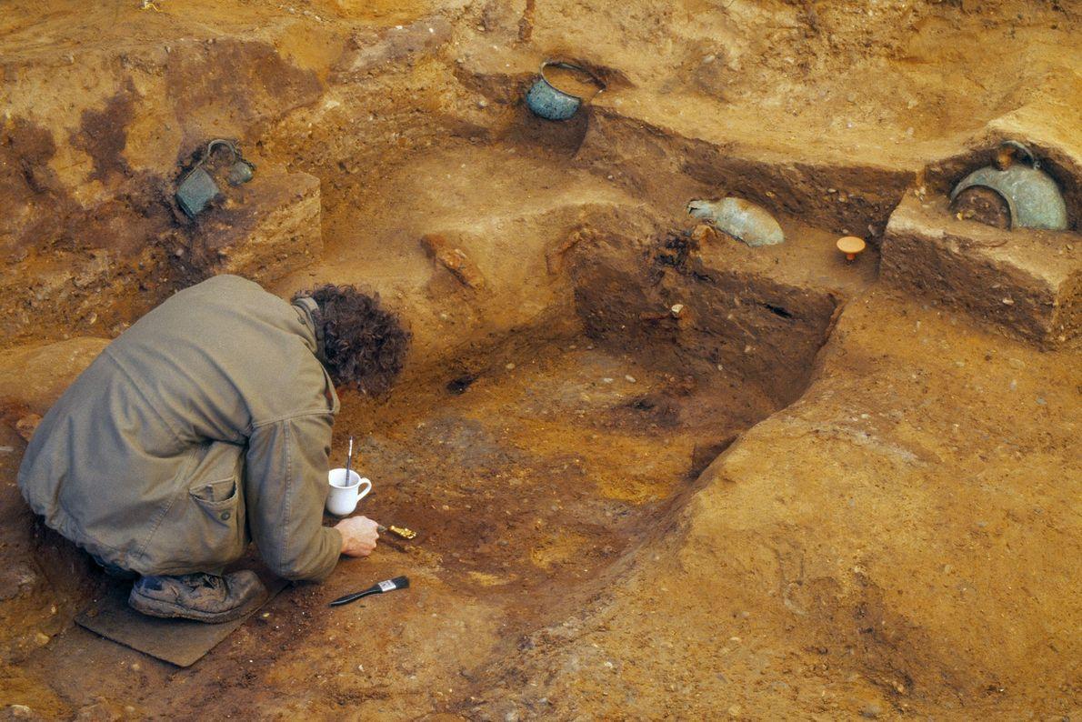 Les archéologues en pleine fouille de la sépulture princière de Prittlewell.