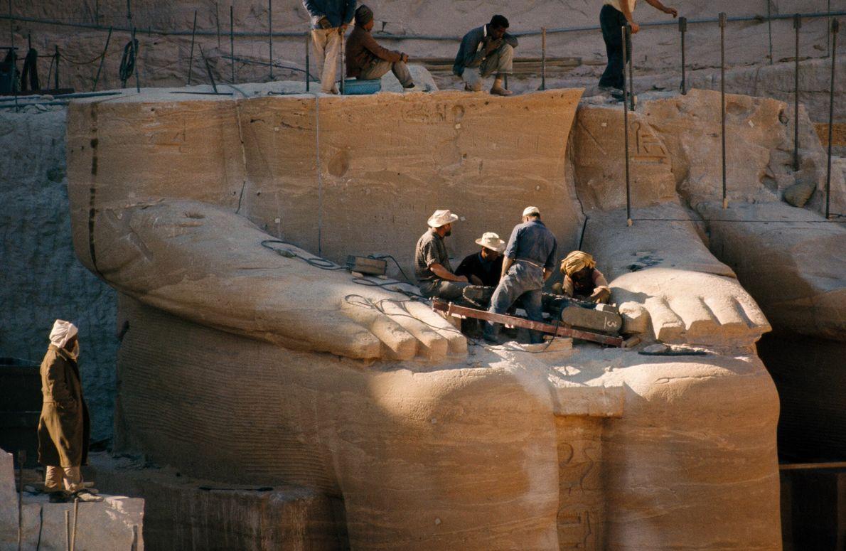 Installé sur les genoux d'une des statues de Ramsès II qui encadrent l'entrée du temple, un ...