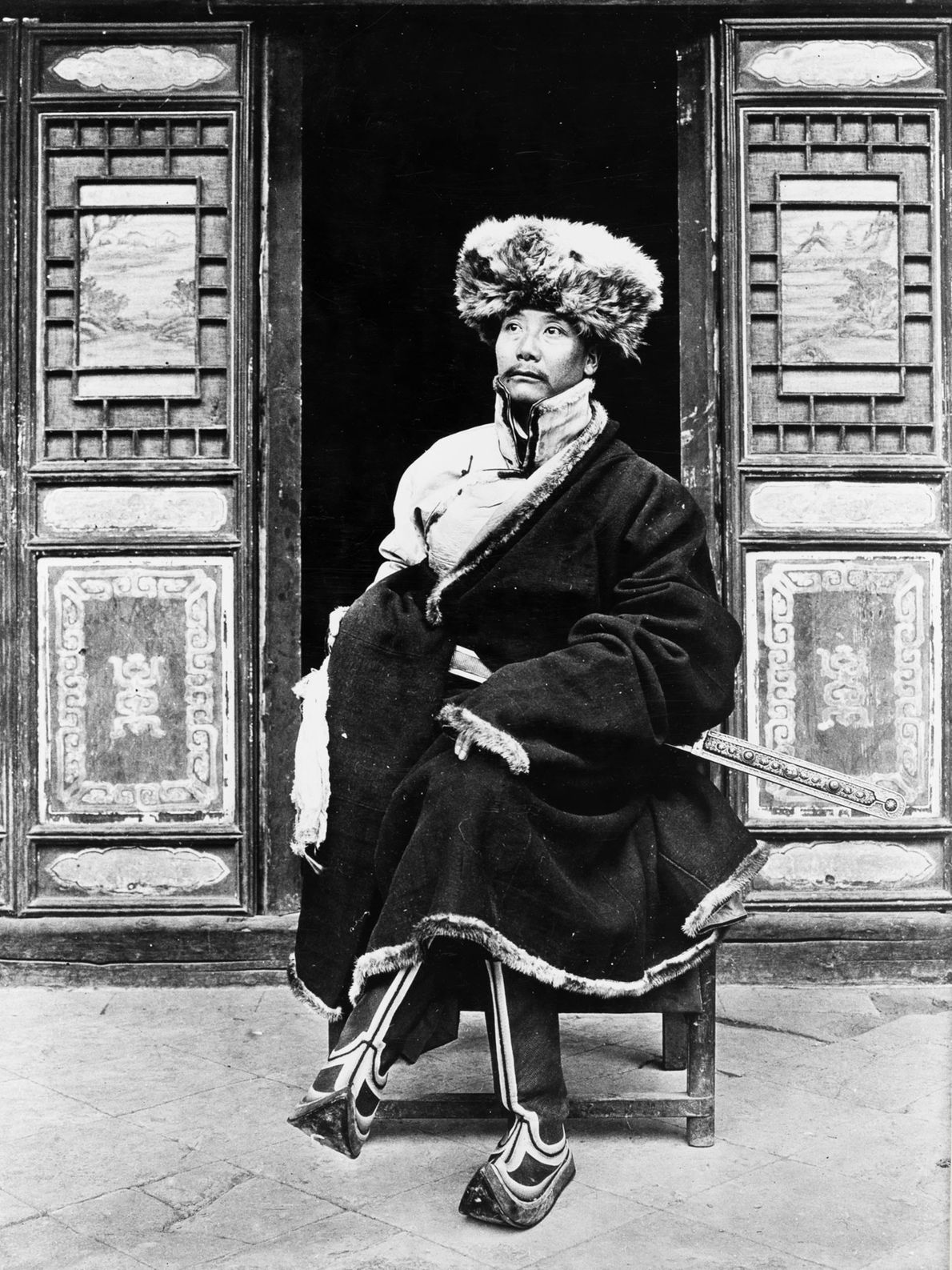 Yang-Chi-ching, prince de Liulin dans la province du Gansu en Chine, prend la pose en face ...