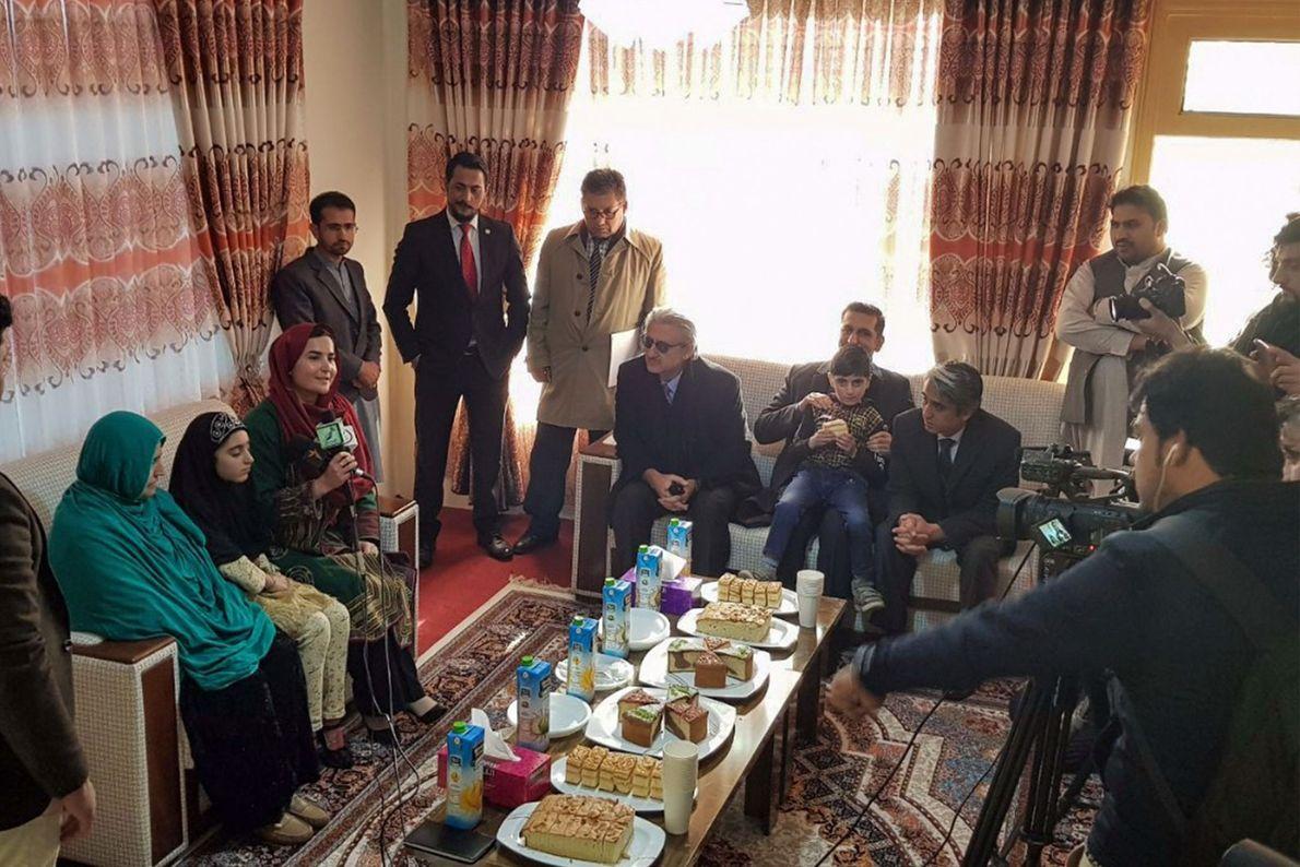 Sharbat Gula et sa fille sont interrogées par la télévision afghane. Elle étudie le projet de ...