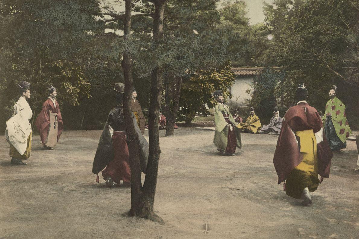 À Kyoto au Japon, un groupe de nobles jouent au Skukyu, un sport traditionnel similaire au ...