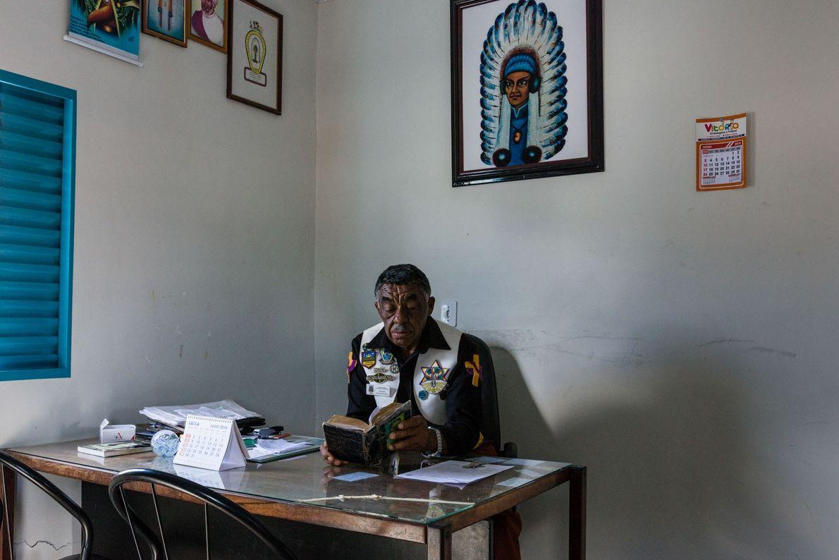 João Nunes, qui coordonne l'ensemble des rituels depuis le temple principal, étudie dans son bureau.