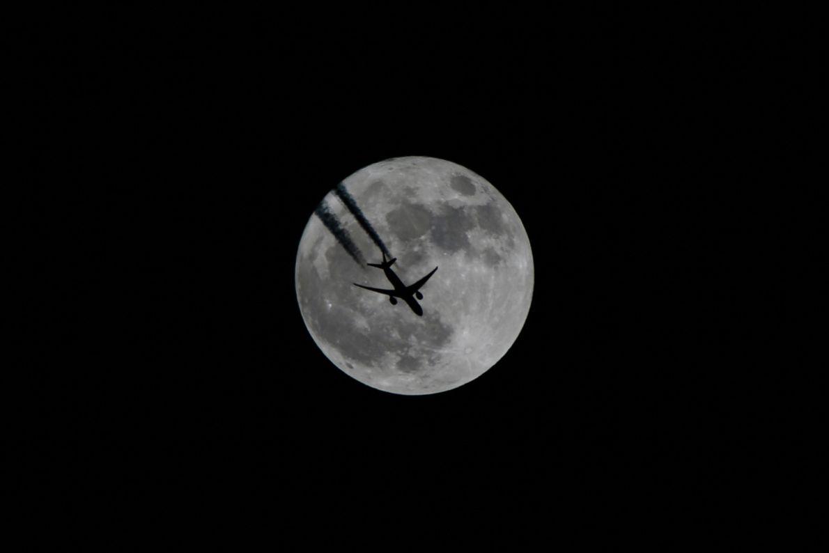 Un avion s'élève dans les airs, éclairé par la super Lune, à Van, en Turquie.