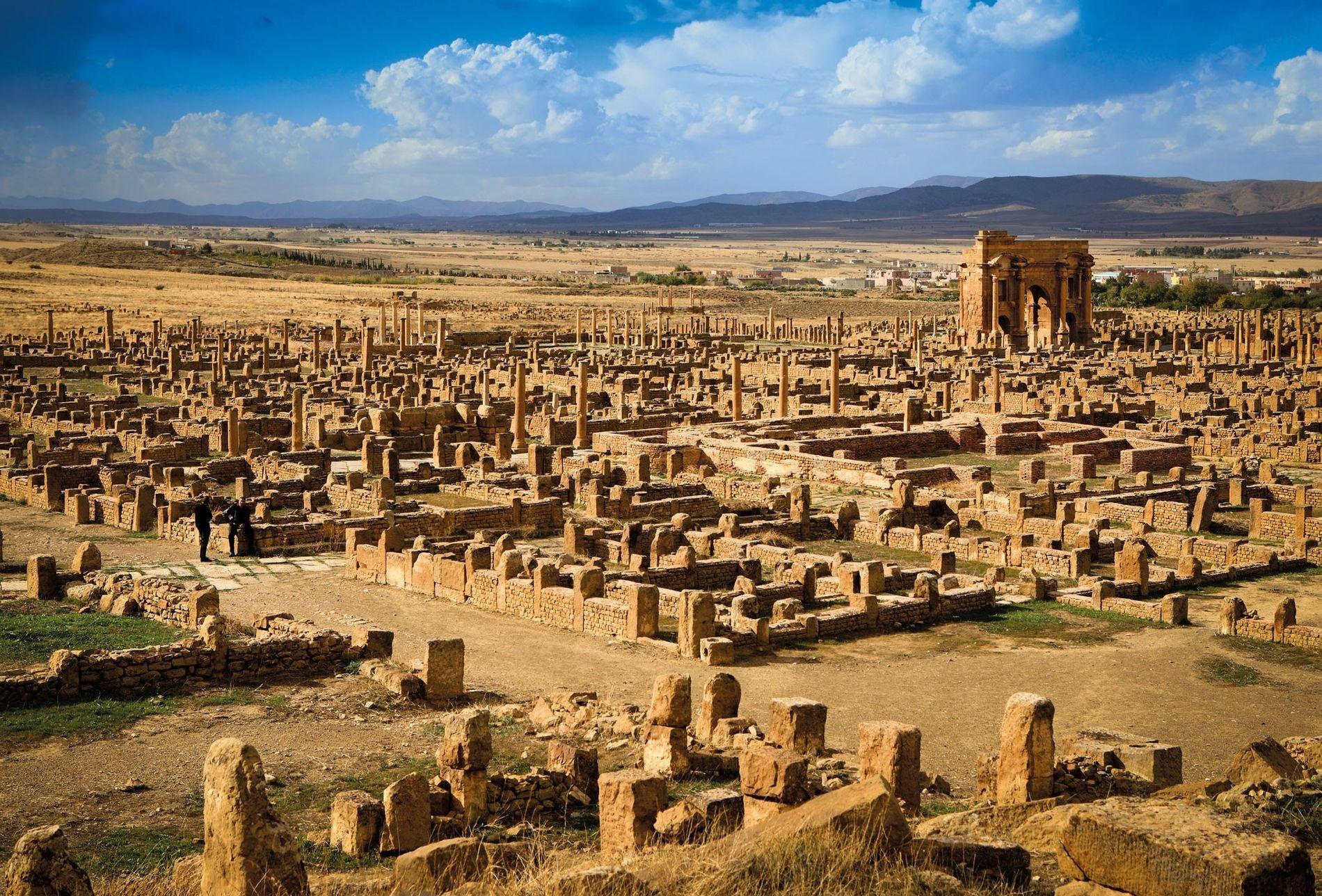 Construit en l'honneur de l'Empereur romain, l'arc de Trajan surplombe les ruines de Thamugadi dans l'actuelle ...