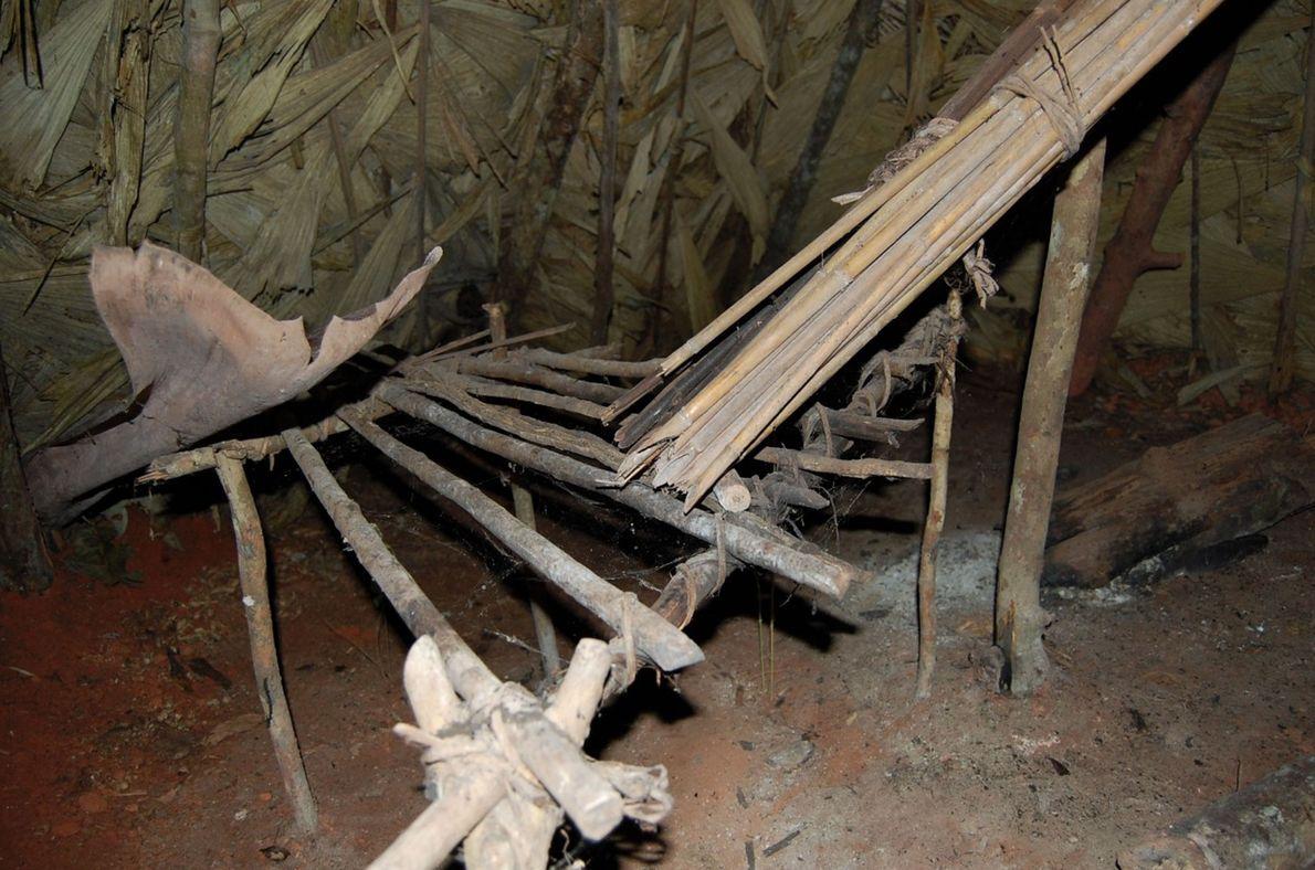 L'intérieur de la hutte où vit le survivant solitaire.