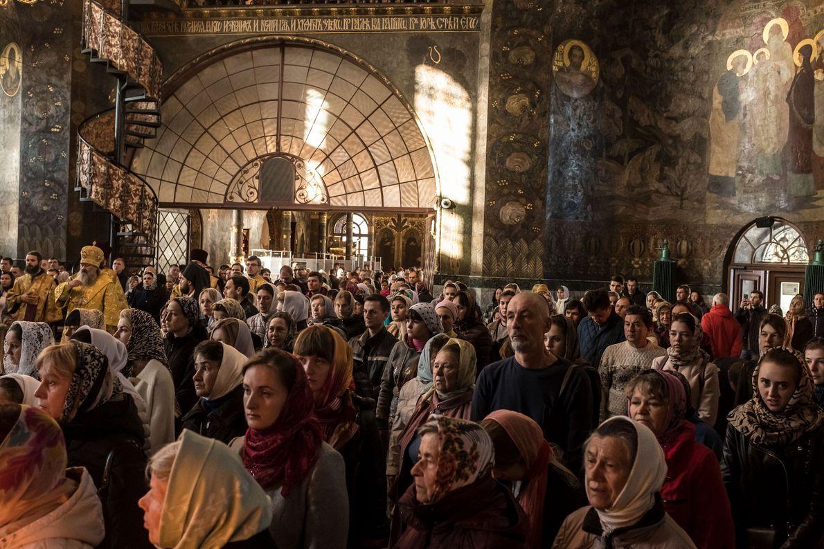 Dans l'église du Réfectoire de Saint-Antoine et Saint-Théodose de la laure de Kievo-Pechersk, les fidèles attendent ...