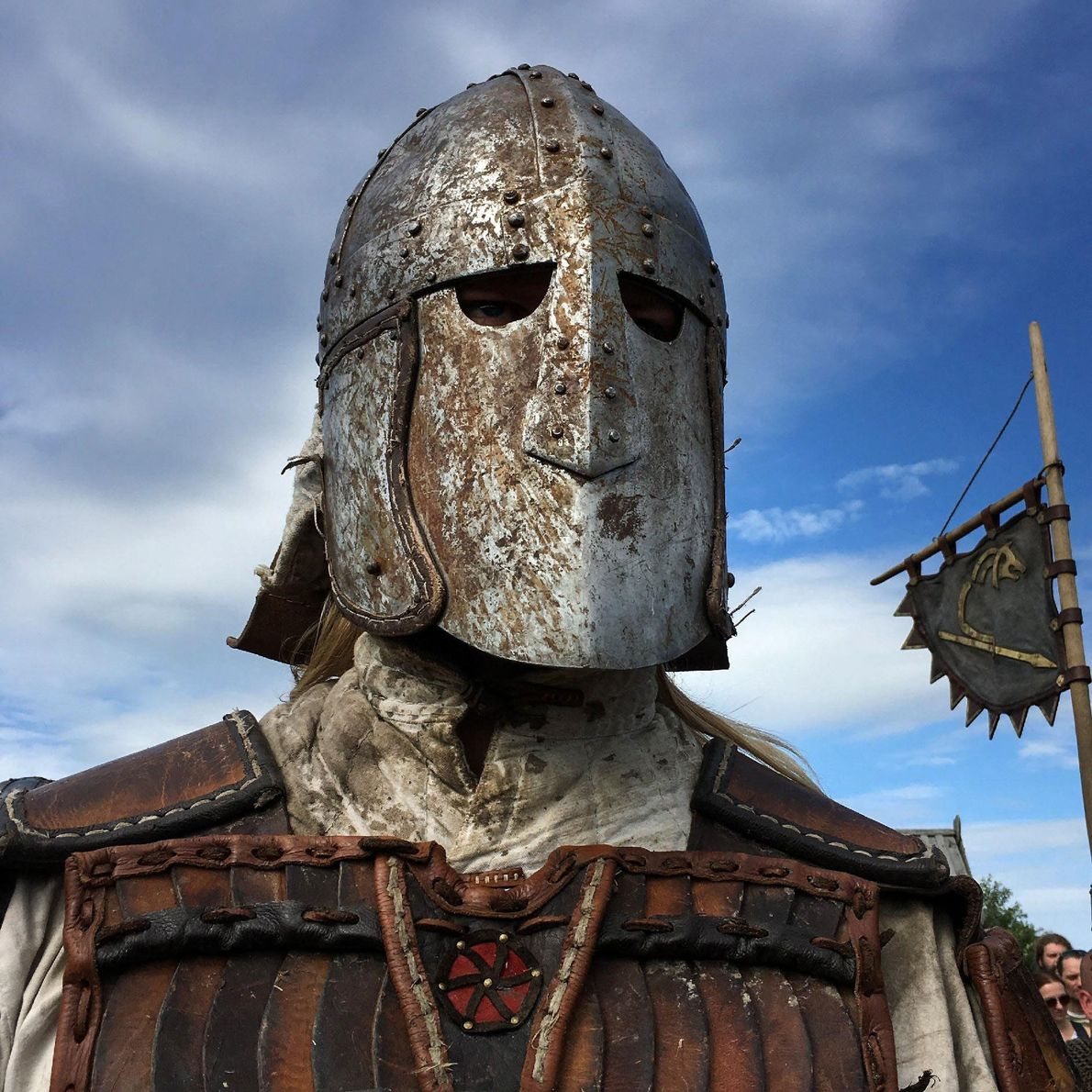Parés d'armures, de casques, de côte de mailles et de cuir, ces reconstituteurs historiques font grande ...
