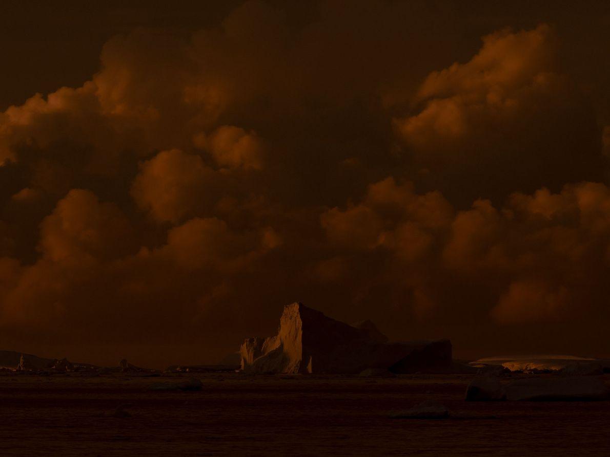 Le soleil se couche au-dessus de l'Antarctique. Michaela Skovranova espère que ses clichés encourageront les gens ...