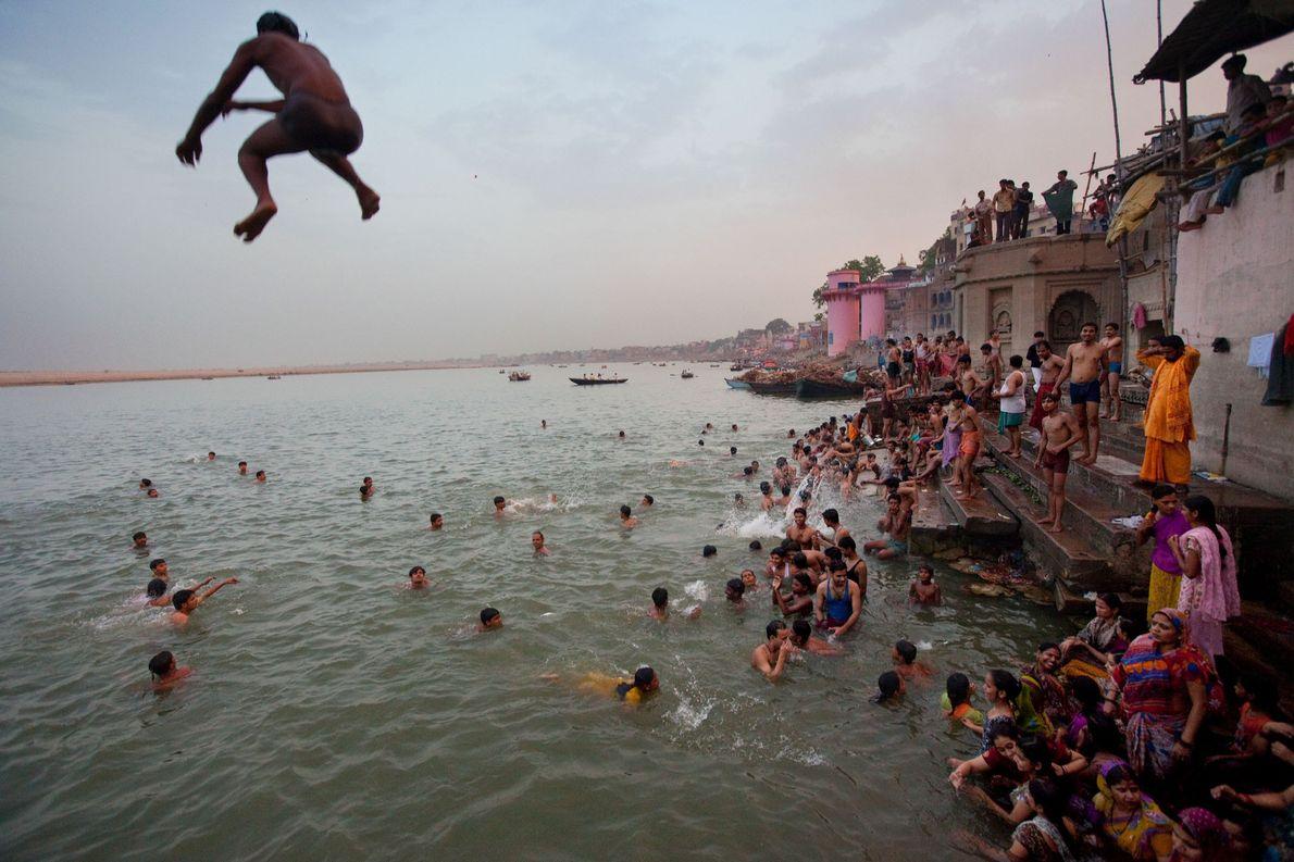 Varanasi est traversée par le Gange et, selon les croyances Hindous, aurait été fondée par la ...