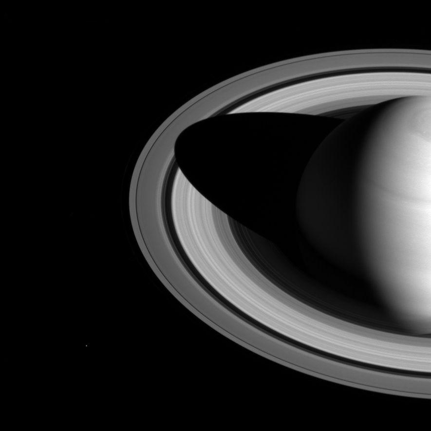Saturne projette une ombre profonde sur ses anneaux dans cette image prise par Cassini.