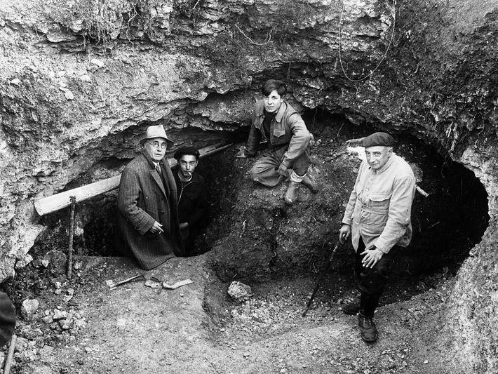 De gauche à droite : Léon Laval (instituteur), Marcel Ravidat et Jacques Marsal (deux des quatre ...