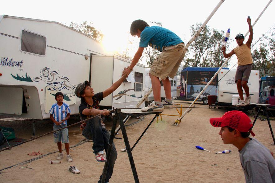 De jeunes garçons du Circo Vazquez s'entraînent au funambulisme à Mexico.