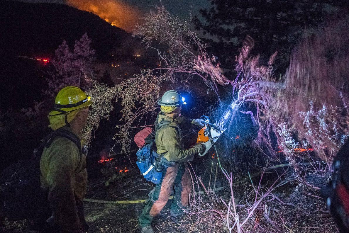 Les pompiers forestiers du Descanso Crew 5 du U.S. Forest Service débroussaillent pour tenter de contenir ...
