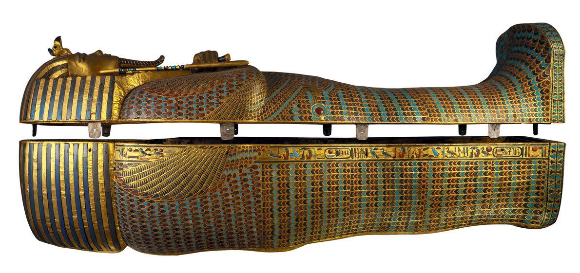 Le deuxième cercueil de Toutânkhamon était en bois et recouvert de marqueterie incrustée sur les côtés ...