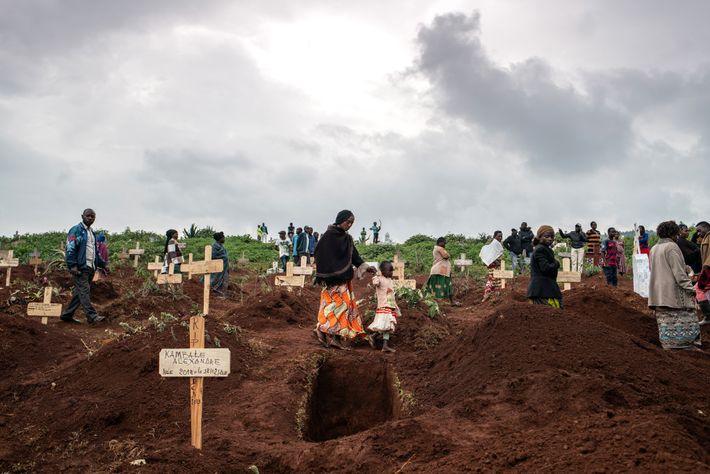 De lourds nuages surplombent des tombes fraîchement creusées au cimetière de Kitatumba à Butembo, en RDC, le 2 ...