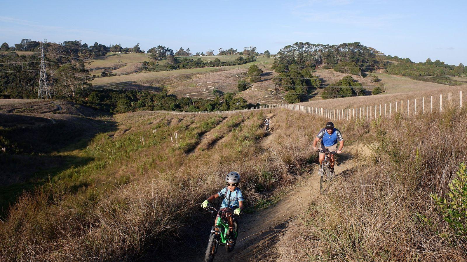 Des cyclistes dévalent les sentiers du Totara Park de South Auckland, en Nouvelle-Zélande, après l'assouplissement des ...
