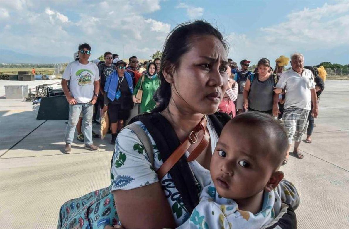 À Palu, des personnes blessées ou touchées par le tremblement de terre et le tsunami attendent ...