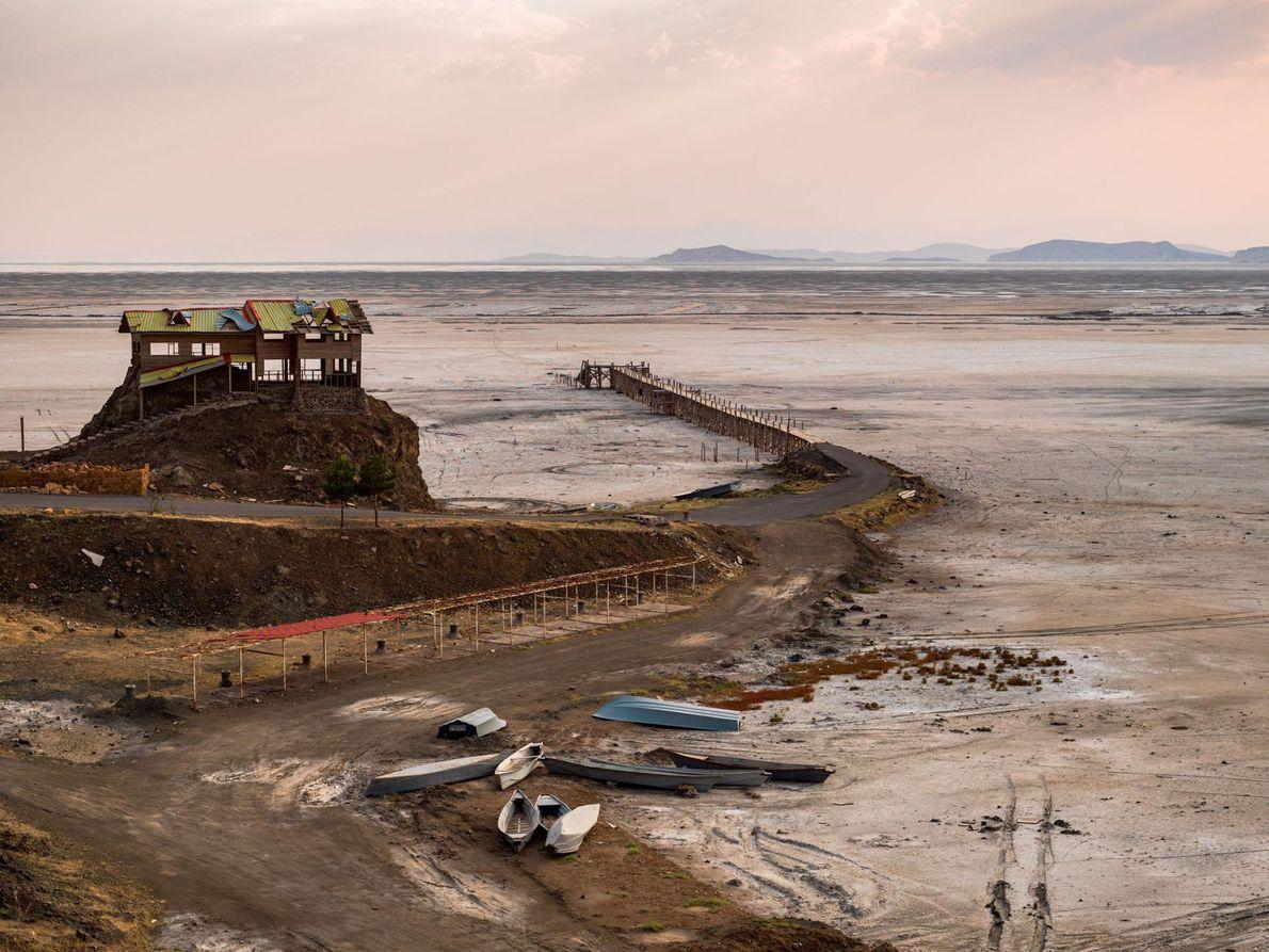 Des bâtiments vides et des bateaux abandonnés : voilà ce qu'il reste du port de Rahmanlu. ...