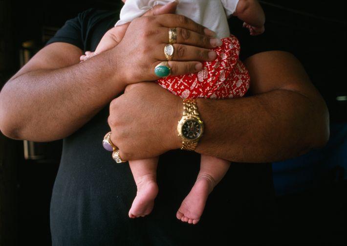 L'artiste Kurt Kipapa est père de dix enfants. Il serre contre lui le dernier de la ...
