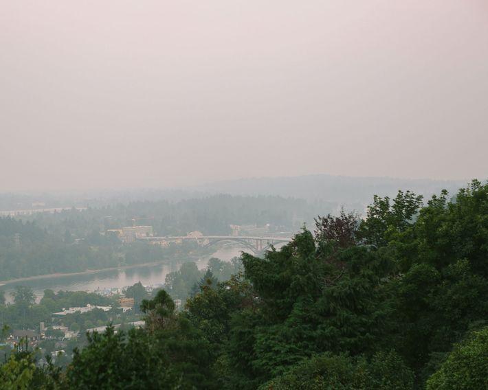 Le Mont Hood, normalement visible, a disparu dans la fumée provenant des incendies de forêt qui ...