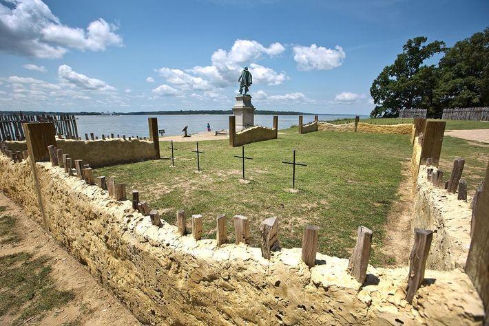 Des croix marquent l'emplacement des tombes où ont reposé les quatre hommes pendant plus de quatre ...