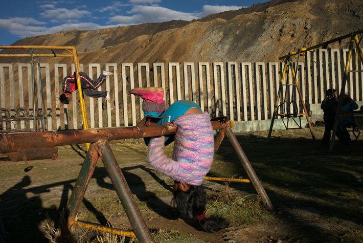 Les enfants jouent dans une aire de jeux