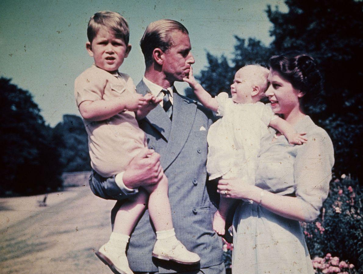 Photo de la Princesse Elizabeth avec son époux Philip Duc d'Edimbourg et leurs enfants