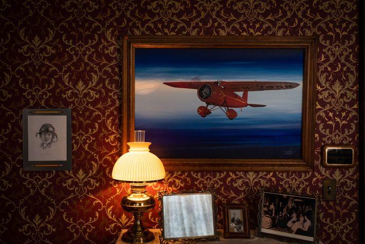 Cette peinture de l'avion qu'Amelia Earhart surnommait « little red bus » (petit bus rouge), le ...