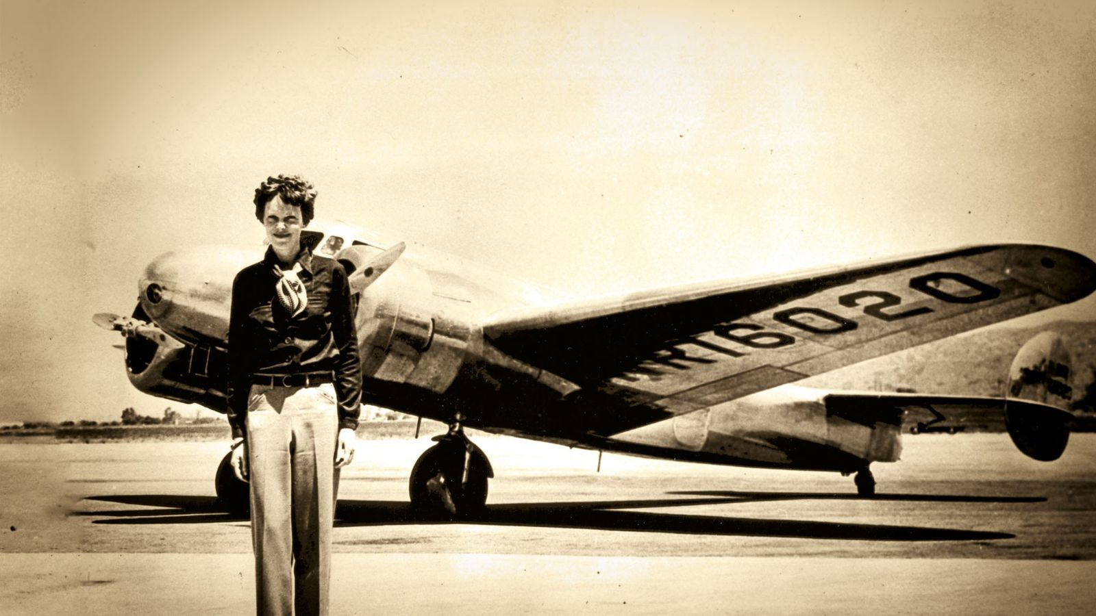 Amelia Earhart prend la pose devant son avion, le Lockheed Electra, à bord duquel elle a ...
