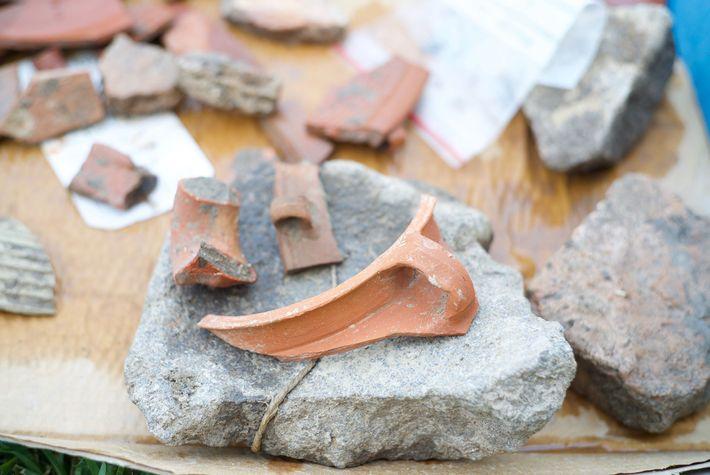 Les vestiges d'un récipient en argile datant de l'époque romaine découvert sur le site d'el-Araj.