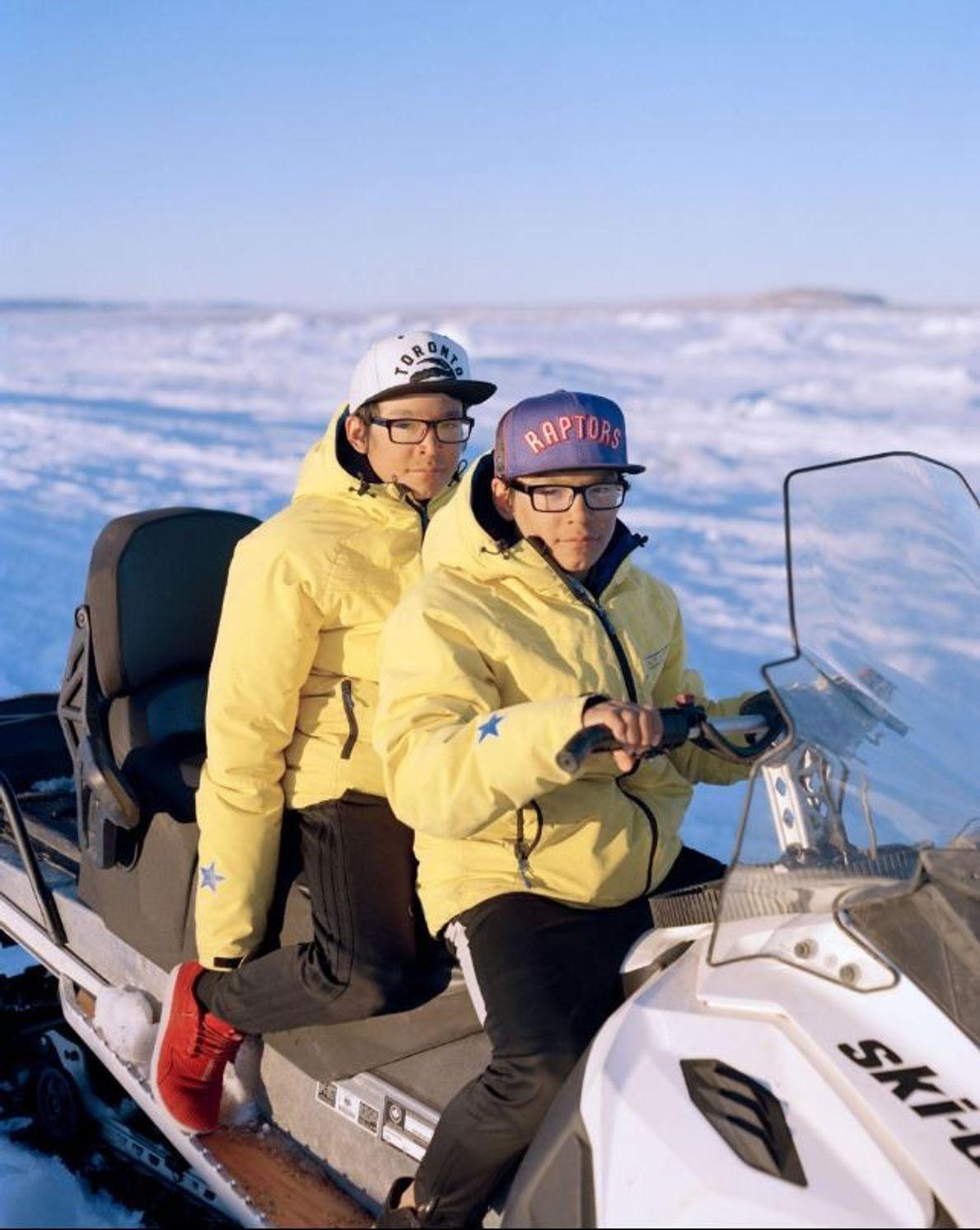 Logan et Edmond Willie, des jumeaux âgés de 15 ans, chassent une oie des neiges à ...