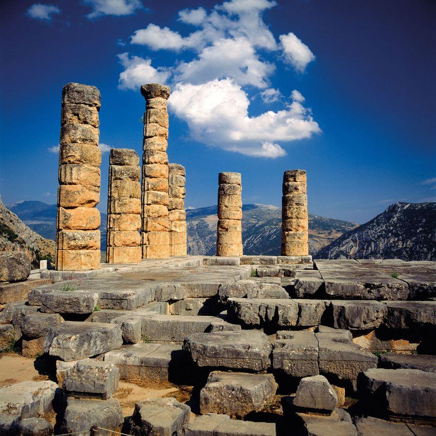Il ne reste que six colonnes doriques du temple d'Apollon, situé sur la troisième terrasse. Ici, ...