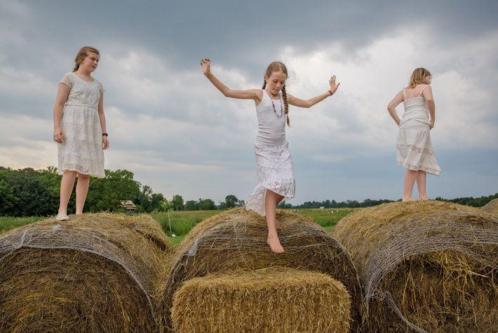 Dans une ferme du Kentucky, aux États-Unis, Emma Langley, âgée de 13 ans, Camille McCay et ...