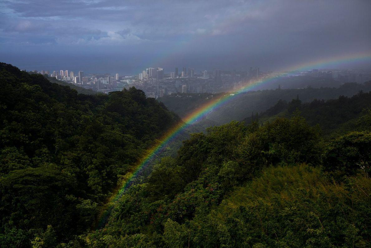 Après une rapide averse de pluie, un double arc-en-ciel encadre la vue d'Honolulu, depuis le sommet ...