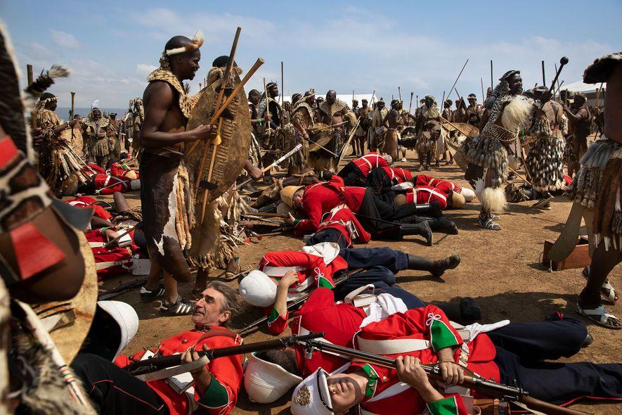 Un groupe reconstitue la bataille d'Isandhlwana, la première grande bataille de la guerre anglo-zouloue qui opposait ...
