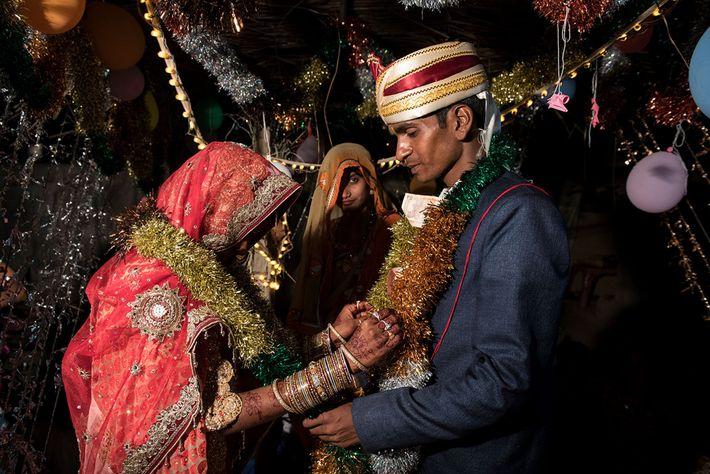 Au cours de la cérémonie, Muskaan et Raju échangent des guirlandes. Dans la région de Shravasti, ...