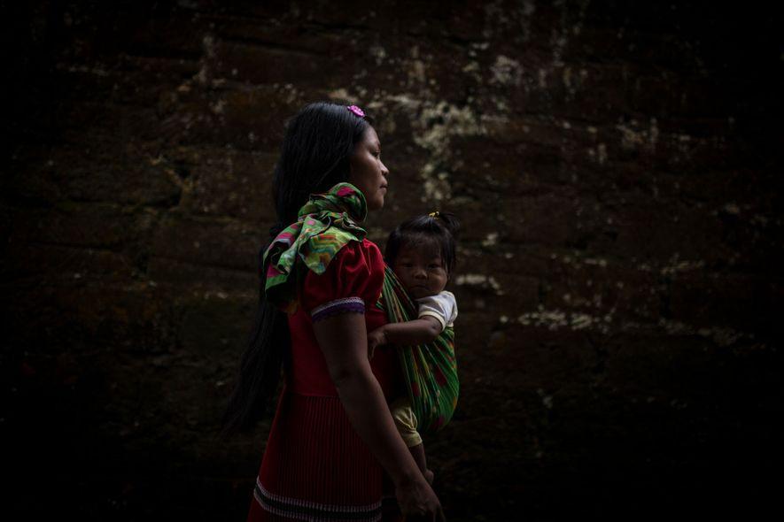 Maria, une adolescente, marche avec son enfant dont le père a disparu.