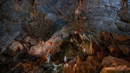 Dans la grotte de Chiquihuite, les chercheurs portent des équipements de protection pour éviter le risque ...