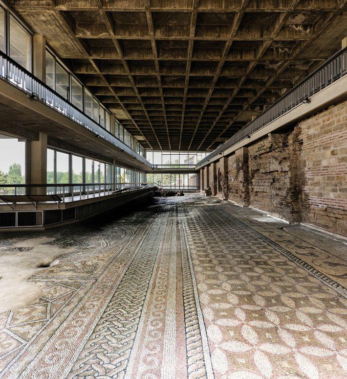 Sol en mosaïque du 4e siècle à Constanta (ancienne Tomis), à l'origine dans un entrepôt de pêche.