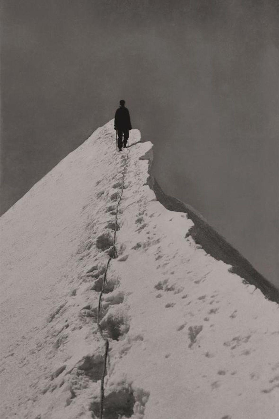 Miriam O'Brien grimpe l'arête sud-est du Mönch dans les Alpes bernoises.
